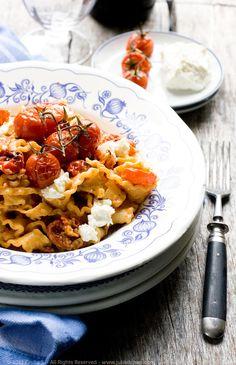 Mafalde con pomodorini confit, robiola e semi di finocchio