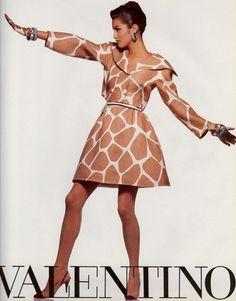 Valentino HC Spring 1991 | with Yasmeen Ghauri 80s And 90s Fashion, Runway Fashion, High Fashion, Womens Fashion, Fashion Trends, Style Année 90, Mode Vintage, Valentino Garavani, Editorial Fashion