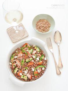 Insalata di farro con salmone, feta e avocado. ©AnnaFracassi