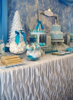 Winter Party Tablecloth Idea – Disney's Frozen is wildly popular with the pre-teen crowd. This pretty table from Kara's Party Ideas uses ruffles and crepe paper to simulate a winter landscape. Winter Birthday Parties, Frozen Themed Birthday Party, Birthday Party Themes, Birthday Ideas, Frozen Party Favors, Winter Parties, Christmas Parties, Cake Birthday, Christmas Treats