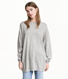 Wide, slightly longer jumper in a soft, fine knit containing some wool with dropped shoulders, long sleeves and ribbing around the neckline, cuffs and hem. Long Jumpers, Hot Pants, Long Sweaters, Tunic Tops, Pullover, Wool, Knitting, Sweatshirts, Lady