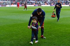 Lionel Messi Photos - Lionel Messi of FC Barcelona and his son Thiago ahead of the La Liga match between FC Barcelona and Real Sociedad de Futbol at Camp Nou on November 2015 in Barcelona, Spain. - FC Barcelona v Real Sociedad de Futbol - La Liga Fc Barcelona, Barcelona Futbol Club, Barcelona Catalonia, Messi Son, Lionel Messi, Little Babies, Cute Babies, Messi Photos, Athletic Clubs