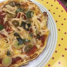 Hoje teve pizza de omelete de novo  Para a massa bati 3 ovos  coloquei azeite em uma frigideira antiaderente dispensei a massa  assim que virei a massa coloquei molho de tomate caseiro queijo do serro e orégano ( A FOTO NÃO É DE HOJE ) tampei a frigideira e esperei o queijo  derreter  #juntascomaaline #nutrideia #projetodivar #comidadeverdade #lowcarb #cetogenica #keto #lchf - Inspirational and Motivational Ketogenic Diet Pins - Eat Keto Get Into Nutritional Ketosis - Discover LCHF to…