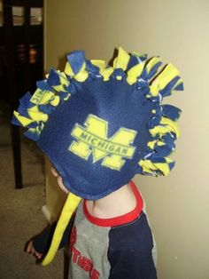Fleece Mohawk Hat - Tutorial Although the pic is Michigan it can easily be switched to OSU! Fleece Crafts, Fleece Projects, Fabric Crafts, Sewing Crafts, Sewing Projects, Sewing Ideas, Michigan Wolverines, Iowa Hawkeyes, Hat Tutorial