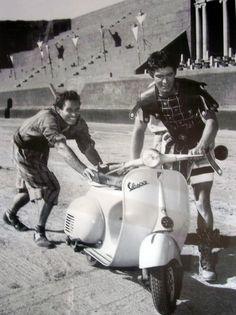 Ben Hur on a Vespa, 1959 avec Stephen Boyd à Rome Cinecitta pendant une pose durant le tournage de BEN-HUR