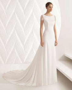 Vestido de novia corte sirena de crepe y encaje de manga corta y espalda abierta. Colección 2018 Rosa Clará.