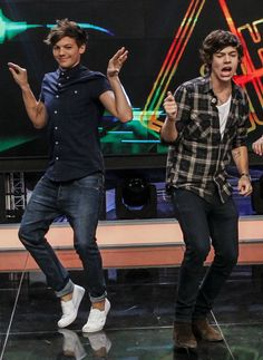 I don't know what's the best part of this pic, Lou's dance or Harry's face? I LOVE YOU LOU!!!!!!!!!!!!!!!!!❤️❤️❤️❤️❤️❤️❤️❤️❤️