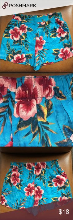 """Tropical Mossimo Shorts Floral Hawaiian sz Small Soft tropical Floral shorts, higher waist with 2"""" waistband, two front pockets. 100% rayon. Approx 13"""" waist, 13"""" length, 2"""" inseam. Like new. Size S. (L3) Offers warmly received. Mossimo Supply Co Shorts"""