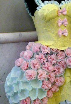 An amazing cupcake wrapper dress which is stunning and is making me have a slight crave for a cheeky cupcake or two. The pastel colour palette is beautiful and is so pretty to look at and reminds me of something a Disney princess would wear. Recycled Costumes, Recycled Dress, Recycled Clothing, Paper Fashion, Fashion Art, Dress Fashion, Fashion 2018, Fashion Shops, Oscar Fashion