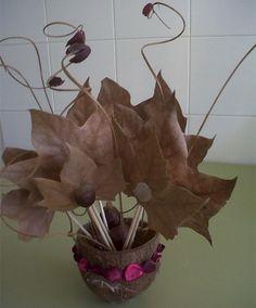 Centro de mesa con castañas, hojas y flores secas - http://www.manualidadeson.com/centro-de-mesa-con-castanas-hojas-y-flores-secas.html