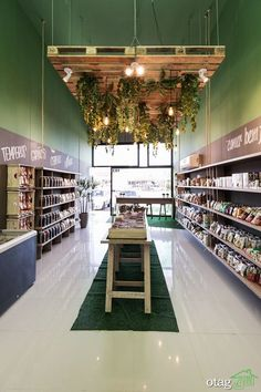This retail design is a simple grocery style design with a light/plant fixture as a focal point. Gift Shop Interiors, Store Interiors, Decoration Restaurant, Restaurant Design, Restaurant Restaurant, Wc Container, Retail Store Design, Retail Store Displays, Store Interior Design