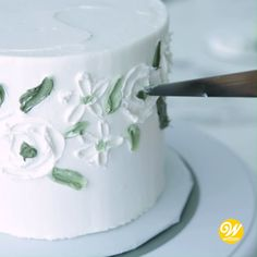 No bag and tip needed for this cake! With a tapered spatula and some white and green icing, you can create this Elegant White Rose Buttercream Cake for your next bridal shower or birthday celebration. Cake Decorating For Beginners, Cake Decorating Videos, Cake Decorating Techniques, Simple Cake Decorating, Cake Decorating Piping, Roses Buttercream, Buttercream Designs, Buttercream Techniques, Pretty Cakes