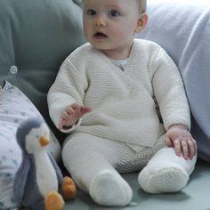 un ensemble layette pour bébé cache-cœur et pantalon en tricot écru, point mousse