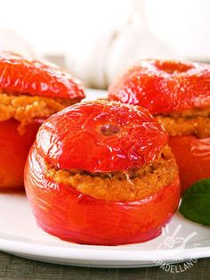 I Pomodori ripieni con tonno e pangrattato: piccoli scrigni di sapore che vi stupiranno per la loro semplice bontà. Un successo con gli ospiti!