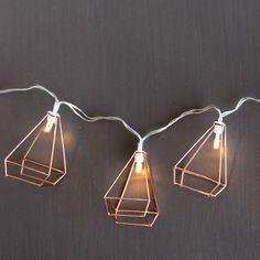 Guirnalda decorativa LED en forma de jaulla vintage en color cobre. Puedes ponerla donde quieras. Funciona con 3xAAA (pilas incluidas). Longitud: 1,2 metros.