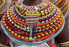 Colar da tribo das mulheres Samburu.  Quênia.  É uma tribo apenas de mulheres que sofreram algum tipo de violência, principalmente física.