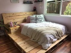 100 DIY Pallet Bed Frame Designs - Easy Pallet Ideas Try these 100 DIY pallet bed frame ideas to Inspire your daily pallet wood recycling to make easy pallet projects! Try to get free pallets to make your bed! Pallet Bedframe, Wooden Pallet Beds, Diy Pallet Bed, Pallet Ideas Easy, Diy Pallet Furniture, Diy Pallet Projects, Pallet Wood Bed Frame, Pallet Patio, Wood Bed Frames