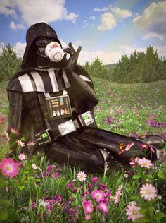 """La artista británica Kyle Hagey respondió a esta interrogante con una serie de retratos que revelan a los característicos personajes en contextos donde nunca antes te los habrías imaginado. """"Darth Vader"""" tomando el té en un campo de flores o """"Yoda"""" en un colorido balcón son algunas de las piezas."""