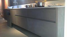 Cemento Pulido color gris perla, aplicado sobre mobiliario de cocina