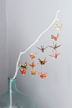 Paper cranes on branch--very cute! Could do this in lots of different styles using different origami shapes! Online instructions are great for origami beginners! Personally I love origami apps :D Diy Origami, Useful Origami, Origami Tutorial, Origami Cranes, Oragami, Origami Birds, Origami Mobile, Origami Tree, Origami Instructions
