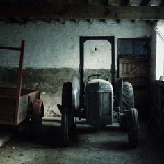 Old Massey Ferguson hidden in a barn at today's location. Antique Tractors, Vintage Tractors, Old Tractors, Art Of Living, Dream Decor, Southern Gothic, Nice Things, Country Living, Barns