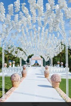 Are you thinking about having your wedding by the beach? Are you wondering the best beach wedding flowers to celebrate your union? Here are some of the best ideas for beach wedding flowers you should consider. Wedding Flower Design, Wedding Flowers, Floral Wedding, Trendy Wedding, Wedding Flower Arrangements, Wedding White, Floral Centerpieces, Table Centerpieces, Wedding Bouquets