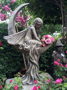Fairy Statues, Fairy Figurines, Angel Garden Statues, Sculpture Art, Garden Sculpture, Sculptures, Dream Garden, Garden Art, Lampe Art Deco