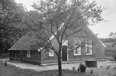 Eenvoudige boerderijtje onder pannen zadeldak. Watermolenweg 4 in Haaksbergen | foto 1967 - Rijksmonumenten.nl