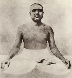 Swami Pranavananda. Disciple of Lahiri Mahasaya. He took Sannyasin vote only with the permission of Lahiri, what happened after caring for his father until the moment of death. He was married, but his wife lived in her father's house, he did break the marriage.At the stage where he was a singer and professional musician, he was addicted to drugs.