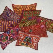 COJINES. La Mola es una tradición singular producida exclusivamente por los indígenas Kuna, quienes Habitan en Colombia y Panamá. En Colombia ocupan ... Arte Latina, Reverse Applique, Craft Shop, Casual Chic, Sewing Projects, Creations, Diy Crafts, Quilts, Inspiration