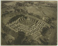 BOROBUDUR PHOTOGRAPH 1929 ORIGINAL PHOTOGRAPH OF THE BOROBUDUR TEMPLE TAKEN IN 1929, BY THE DUTCH AVIATION DEPARTMENT BANDOENG. Measures: 29 x 23 cm. Purchase code: P1066/AAOE Price: 480 USD