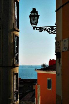 Vista para o Tejo / A view of Tagus River, Lisbon, Portugal Most Beautiful Cities, Beautiful Images, Little Planet, Wide World, Street Lamp, Big Ben, Journey, River, Country