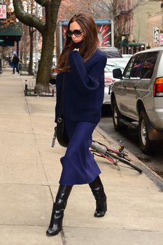 Pin for Later: 35 Fashion Truths Straight From Victoria Beckham Monochromatic dressing is undeniably chic. Mode Victoria Beckham, Victoria Beckham Outfits, Victoria Beckham Fashion, Victoria Fashion, Style Work, Look Street Style, Mode Outfits, Fashion Outfits, Fashion Tips