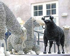 ESCULTURAS DE OVEJAS HECHAS CON CABLES DE TELÉFONO RECICLADO. Jean-Luc Corner reutiliza los teléfonos y cables para realizar esculturas en formas de ovejas, las cuales se encuentran expuestas en el Museo de Telecomunicaciones de Frankfurt, Alemania