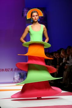 Fashion Police: The Agatha Ruiz De La Prada show at Milan Fashion Week Spring/Summer Buck Wolf of Us Weekly Fashion Police fame weighs in on the worst of couture. Crazy Dresses, Funny Dresses, Crazy Outfits, Ugly Outfits, Funny Baby Images, Funny Pictures For Kids, Funny Kids, Fashion Fail, Weird Fashion