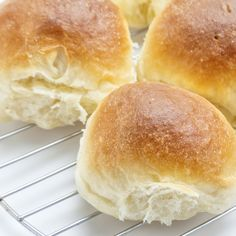 This homemade roll recipe is not complicated and you can be serving your own fresh buns to your dinner guests. Homemade Rolls Recipe from Grandmothers Kitchen. Homemade Yeast Rolls, Homemade Rolls, Homemade Breads, Homemade Recipe, Kitchen Recipes, Cooking Recipes, Grandma's Recipes, Dinner Rolls Recipe, Roll Recipe