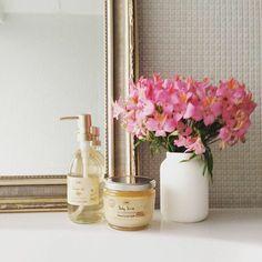家の中のちょっとした場所に 花を飾ろう。  #sabon #bathtime #bathroom #flower #bodyscrub #showeroil #sabonjapan