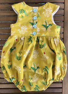 Those buttons 😍 - Babykleidung Baby Romper Pattern, Baby Girl Dress Patterns, Baby Clothes Patterns, Baby Girl Dresses, Baby Dress, Baby Outfits, Little Girl Outfits, Kids Outfits, Baby Girl Fashion