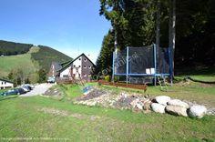 Rodzinny Pensjonat Renata znajduje się w pięknej krainie i spokojnej części miasta Harrachov zwanej Rýžoviště. Doskonałe położenie bezpośrednio przy lesie, spokój i piękny widok na krajobraz i trasy narciarskie Čertovy hory przyciągają licznie naszych gości. Wyciąg krzesełkowy na Čertovu horu oddalony jest o 300 m, centrum miasta Harrachov ok. 15 minut pieszo. Początek tras turystycznych i do biegania na nartach znajduje się bezpośrednio przy pensjonacie.