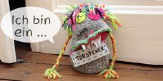Der neue Job meiner Socke: Kinderzimmer bewachen! Die Haare geknüpft, die Glubschaugen gehäkelt, die Arme geflochen, das Schild bestickt und der Bauch voll Split … http://www.schaffenslust.de  Türstopper, Türsteher, Sockenmonster
