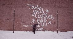 Snow Graffitis in Chicago For Comida Mexicana, American agency Lapiz has planned a very particular street art operation in the snowy streets of Chicago.