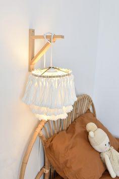 Preciosa lámpara de estilo boho hecha con flecos #DIY #lampara #LamparaFlecos #boho #LamparaBoho Diy Crafts For Home Decor, Diy Room Decor, Handmade Home Decor, Boho Diy, Boho Decor, Boho Bedroom Diy, Diy Chandelier, Diy Furniture, Diy Projects