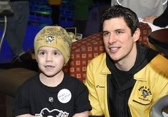 Sidney Crosby poses with a little Pens fan at Pens and Pins 2015. #PensFans #nhlers