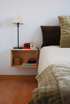 DIY low cost side table wih Ikea wood box. Mesilla de noche barata, minimalista y  con cajas de madera