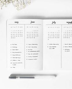 Bullet Journal Future Log - Setup Guide & Usage Ideas The future log in your bullet journal gives you a yearly overview of the year. See how to set up a bullet journal future log or use my free PDF pritnable. The cleverest bullet journal ideas. Future Log Bullet Journal, Planner Bullet Journal, Bullet Journal Minimalist, Bullet Journal Notebook, Bullet Journal Inspo, Bullet Journal Spread, Bullet Journal Ideas Pages, Bullet Journal Yearly Overview, Bullet Journal Year At A Glance