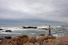 Capela sobre um rochedo, na praia de Miramar. Revela-se um belo apontamento na paisagem. Acolhe a romaria ao Senhor da Pedra, evento de grande tradição