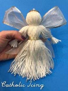 How To Make A Yarn Doll Angel I have loved yarn dolls since I was a little girl, and this Christmas I was in the mood to make some with my kids to share this timeless craft with them! Here's the angel Christmas Angel Crafts, Christmas Yarn, Yarn Crafts, Holiday Crafts, Christmas Poinsettia, Diy Yarn Dolls, Christmas Crochet Patterns, Crochet Ornaments, Crochet Snowflakes