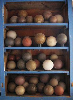 Hikaru Dorodango -Shiny Ball of Mud. Japanese schoolchildren make them out of clay dug from the garden. Decorative Spheres, Glass Floats, Historical Art, Japanese Artists, Wabi Sabi, Face Art, Diy Art, Fun Crafts, Bubbles