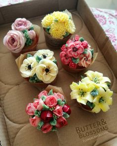Little flower bouquet cupcakes (obvs. with real flowers). Flowers Cupcakes, Cupcakes Flores, Floral Cupcakes, Pretty Cupcakes, Beautiful Cupcakes, Gorgeous Cakes, Cupcake Bouquets, Spring Cupcakes, Icing Flowers