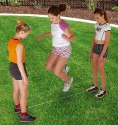 Jugar a saltar con una goma